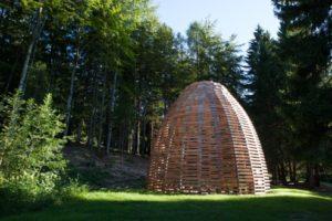 Aeneas Wilder alterna sezioni di legno allo spazio aperto