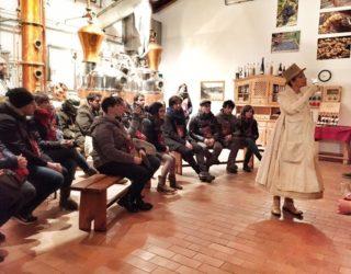 """Il teatro può raccontare il cibo esaltandolo. A Santa Massenzia ogni anno """"2La notte degli Alambicchi"""" ci racconta la grappa"""