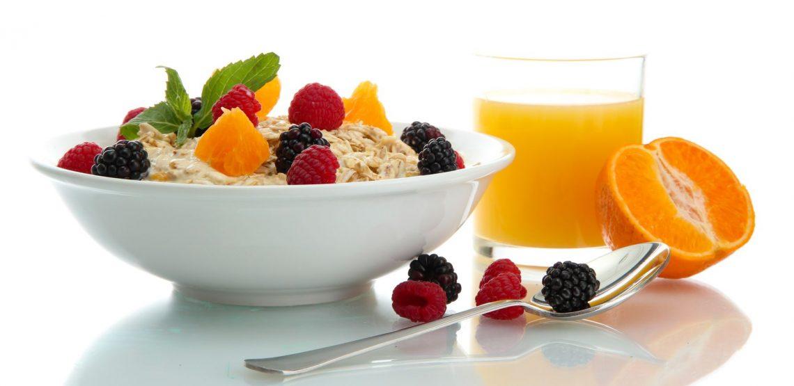 """Il porridge è la nuova star della colazione sana. Non è sempre stato così. In UK era servito per punire i carcerati, l'espressione """"doing porridge"""" significa andare in galera. Oggi è acclamato dai guru del mangiare sano. Lo si può preparare in versione dolce o salata"""