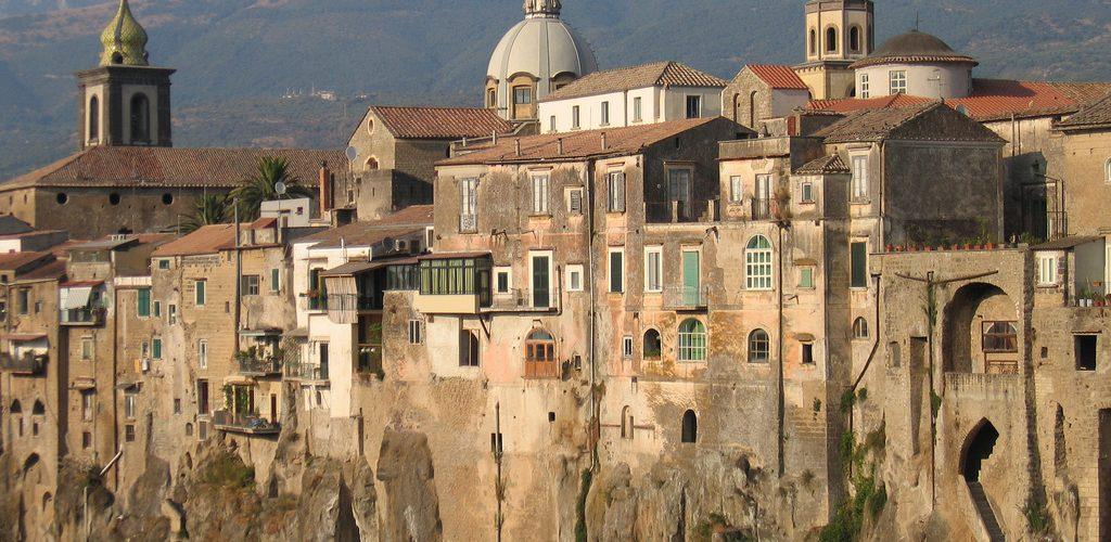 Questa settimana vi propongo un viaggio a Sant'Agata de' Goti, un piccolo borgo in provincia di Benevento. Uno dei luoghi più magici della Campania. Qui si respira la storia, non solo quella che si studia sui libri di storia, ma anche quella scritta dalle popolazioni che hanno lasciato le loro tracce nell'enogastronomia