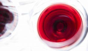 """Il vino del Sudafrica è una realtà storica ricca di storia. Erano apprezzati da Edoardo VII e consolarono Napoleone nelle lunghe interminabili giornate trascorse in esilio a Sant'Elena. Si narra che amasse a tal punto il """"Vin de Constance"""" da farsene spedire oltre 1000 litri."""