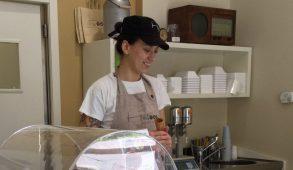 """Serena Bianchi, gelatiera e titolare con il fratello della gelateria Apuà, a Milano, in Corso Lodi 19, ci racconta la sua """"vita da gelatiera""""."""