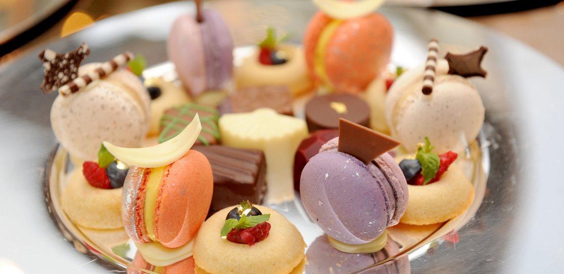Il macaron non è un dolce italiano, ma è molto amato dagli italiani. Qualche pasticciere ha cercato di contrastare il suo successo proponendo l'italiano amaretto