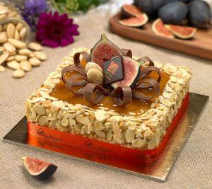 Alessandro Comasche e una torta della Pasticceria Martesana