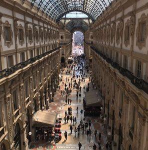 Le molte facce della Milano poliedrica dalla ristorazione alla moda alle fiere, attraverso una possibile strategia che unisca prontezza e riflessione