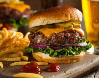 Il cibo creato in laboratorio: l'hamburger del futuro risolverà i problemi ecologici, etici e linguistici?