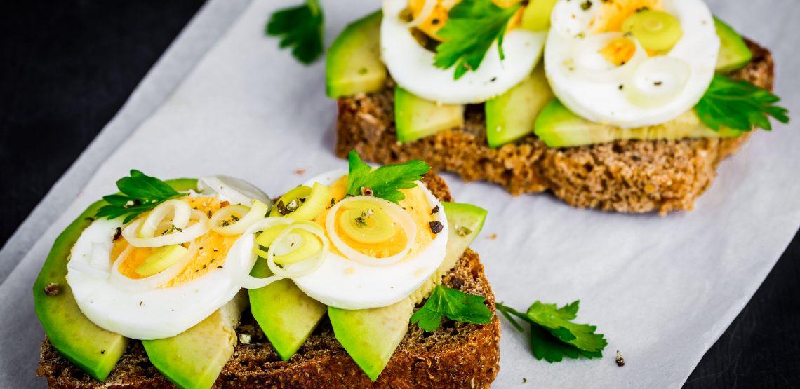 sandwich con avocado e uova sode