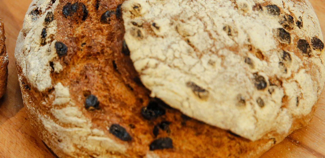crostone di pane alle noci con crescenza, mascarpone