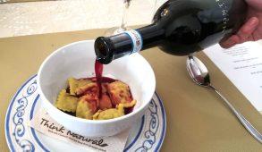Il ristorante Tenuta della Guardia: gli agnolotti della tradizione serviti con il vino
