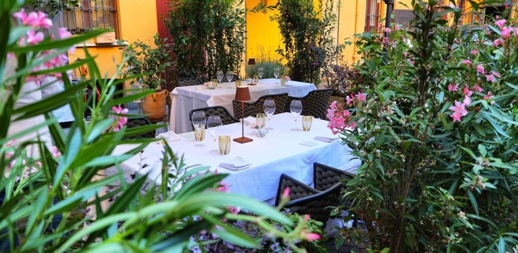 Cenare da Sadler in un cortile