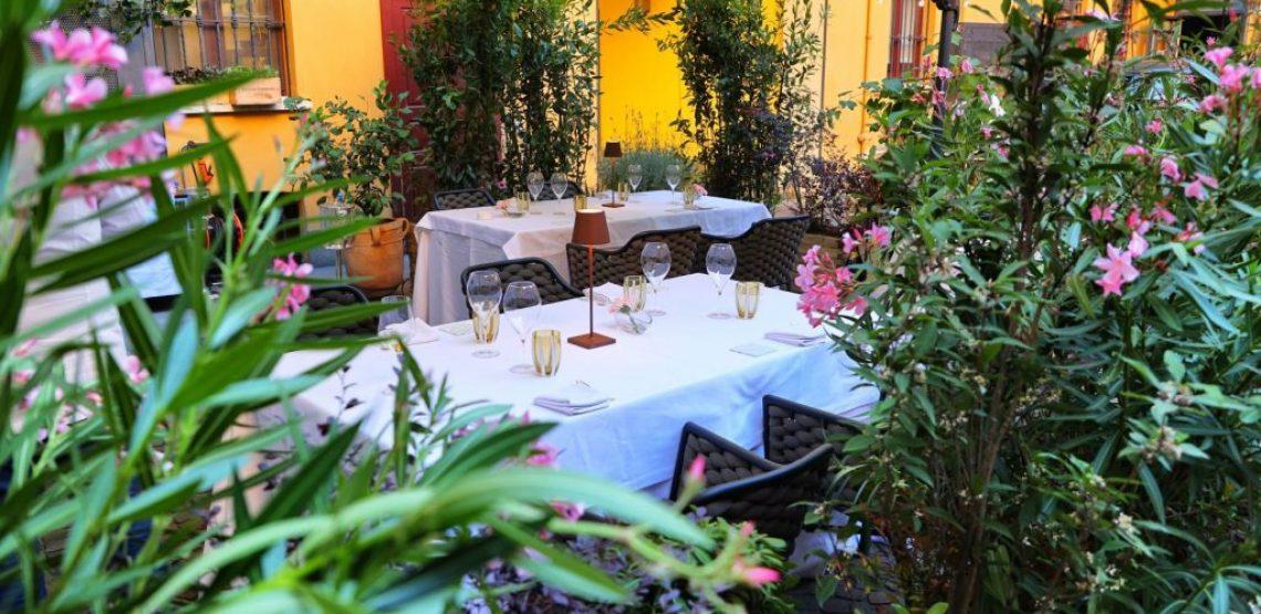 Cenare da Sadler in un cortile