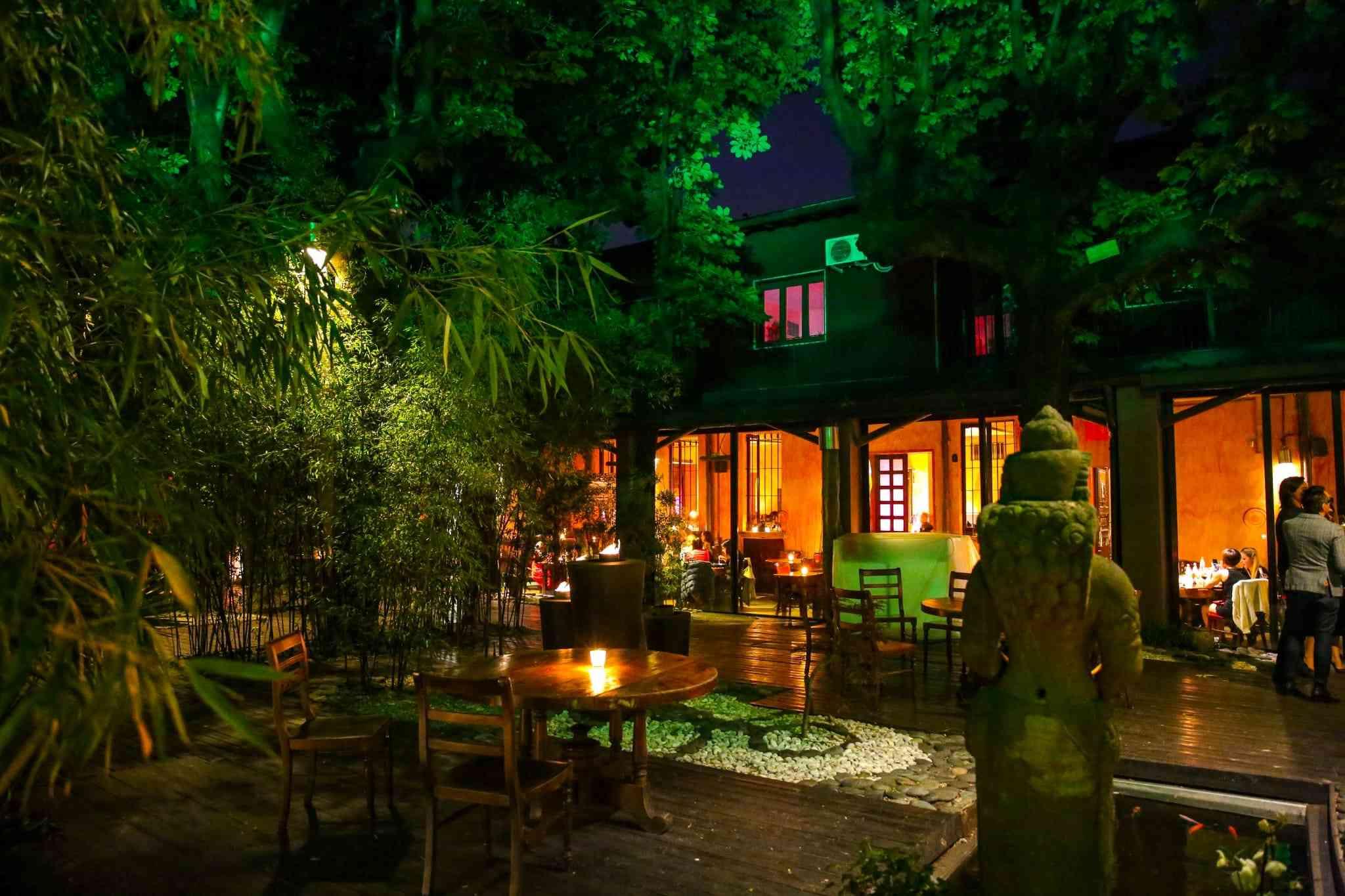 a cena da Shambala, ristorante fusion cfon un giardino spettacolare