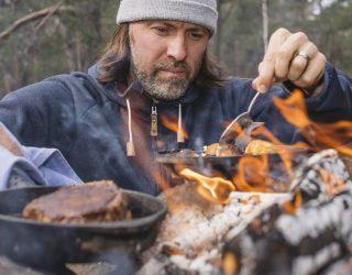 lo chef svedese Niklas Ekstedt cucina senza usare gas o elettricità