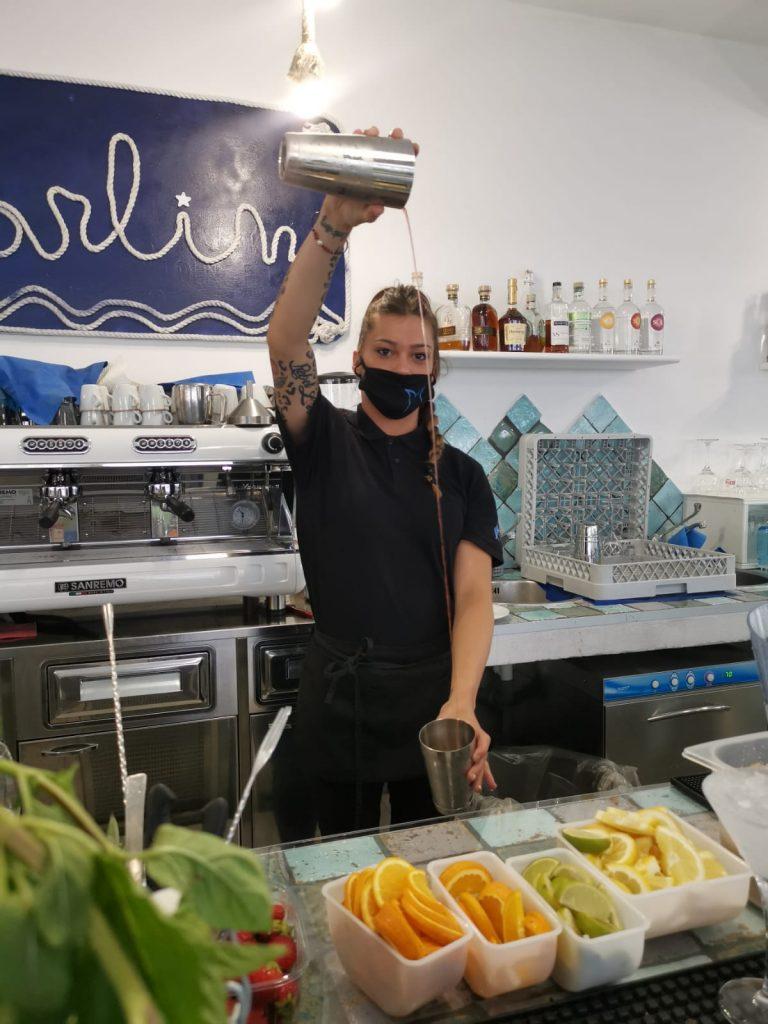 sara, la barman del Marlin, prepara un cocktail